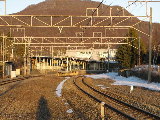 踏切から中軽井沢駅を見る
